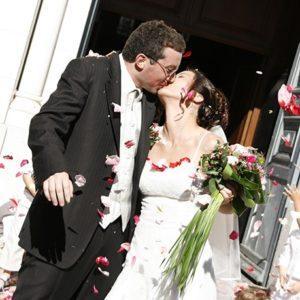photographie mariage baiser maries eglise