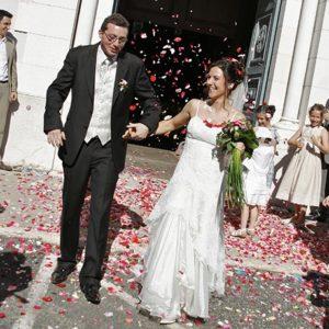 photographie mariage sortie eglise maries heureux